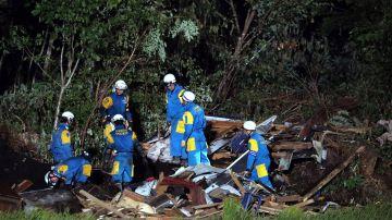 Policías buscan personas desaparecidas en una casa destruida