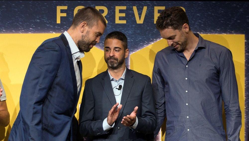 Los hermanos Gasol, junto a Juan Carlos Navarro en su despedida