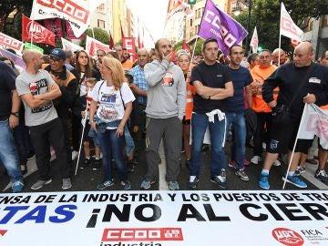 Manifestación convocada ayer por los sindicatos UGT, CC.OO y CGT, en el centro de León