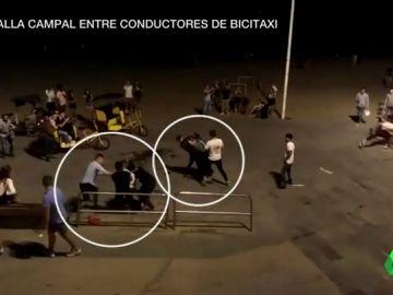 """Batalla campal entre bicitaxistas legales e ilegales en la playa de la Barceloneta: """"Esto es como el lejano oeste"""""""