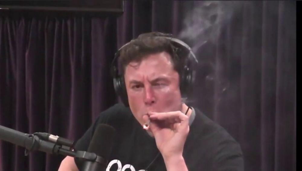 Elon Musk fumando marihuana durante una entrevista
