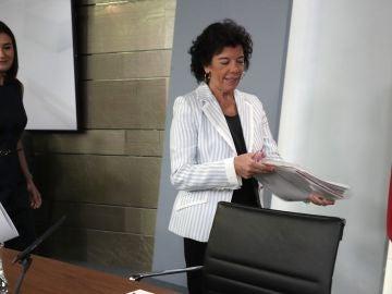 La portavoz del Gobierno, Isabel Celaá (dcha), acompañada de la ministra de Sanidad, Consumo y Bienestar Social, Carmen Montón