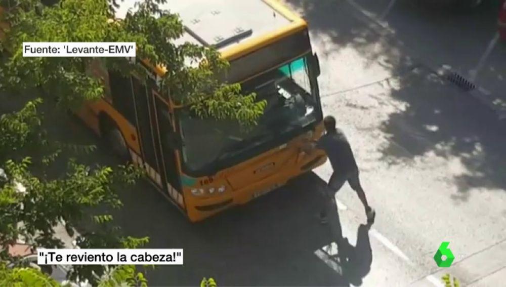 Ciclista agrediendo al conductor de un autobús