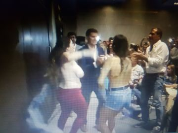 Momento en el que dos activistas de Femen irrumpen frentre a Albert Rivera