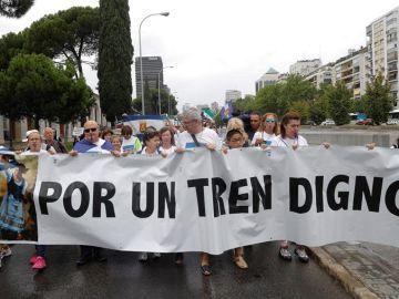 """Centenares de extremeños exigen en Madrid un """"tren digno"""" para su región"""