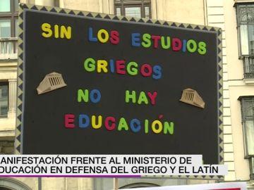 Manifestación frente al Ministerio de Educación en defensa del griego y del latín