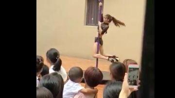 Bailarina de pole dance en una guardería en China