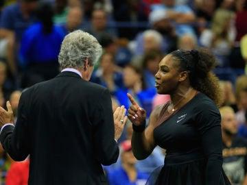 Serena Williams protesta durante la final del US Open