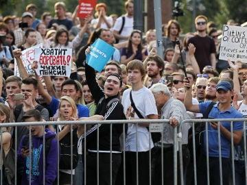 Gente asiste a una manifestación en Moscú para protestar contra la reforma de las pensiones