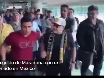 Mal comienzo de Maradona en México: el feo gesto con un aficionado a su llegada