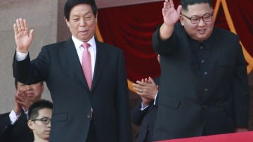 El líder norcoreano, Kim Jong-un, junto a Li Zhanshu, miembro del Comité Permanente del Politburó y considerado número tres del Partido Comunista chino, durante el desfile militar, en Pyongyang