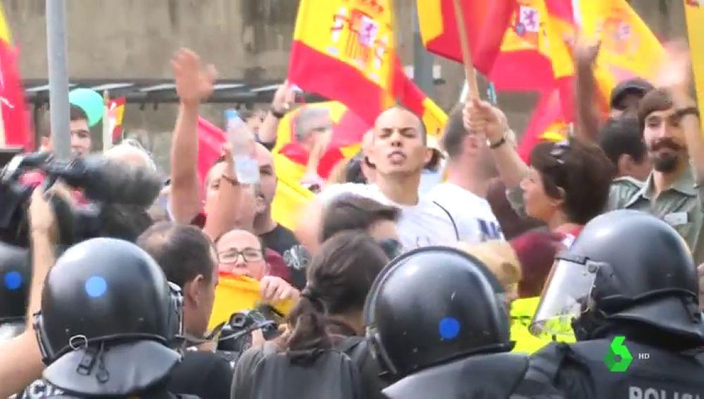 Una persona resulta herida en un enfrentamiento entre partidarios y contrarios del independentismo en Barcelona