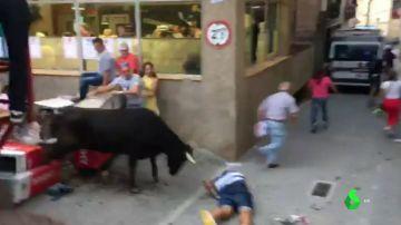 Una vaquilla se escapa de la plaza de toros de Mallén, Zaragoza