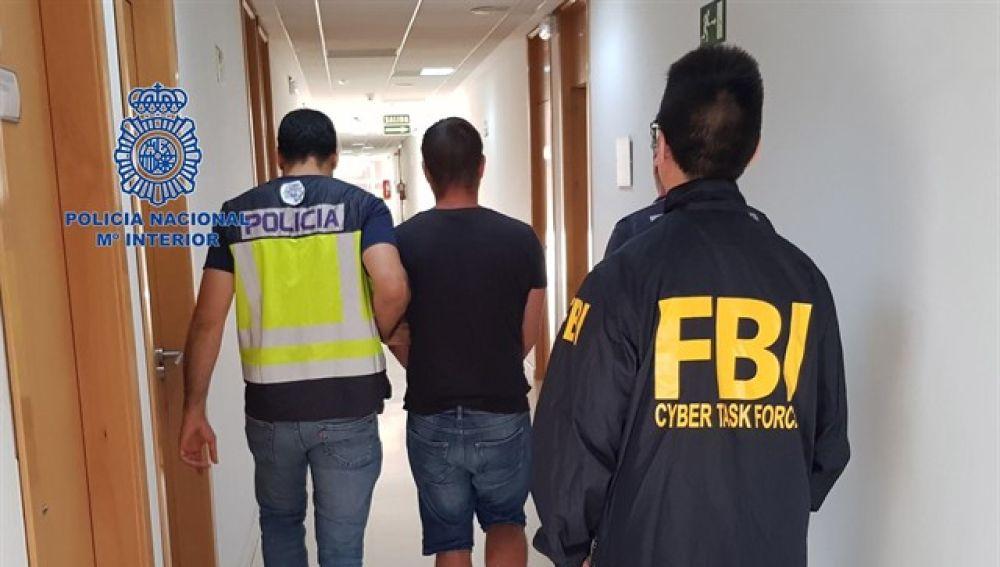 La Policía Nacional, en colaboración con el FBI, detiene a un experto en ciberataques que sustrajo millones de datos bancarios
