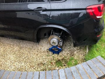 Imagen del coche de Ryan Bennett sin ruedas