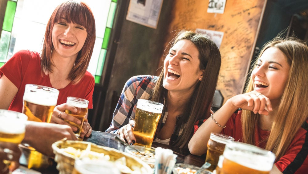 Chicas bebiendo cerveza