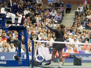 Serena Williams discute con el juez de silla en la final del US Open