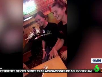 El emotivo gesto de dos camareras que felicitan con lenguaje de signos a una niña sordomuda de cuatro años