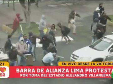 Batalla campal en Perú, entre ultras y evangelistas por la propiedad de un terreno