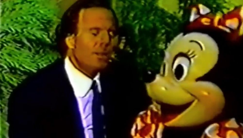 Julio Iglesias cantando junto a Minnie Mouse
