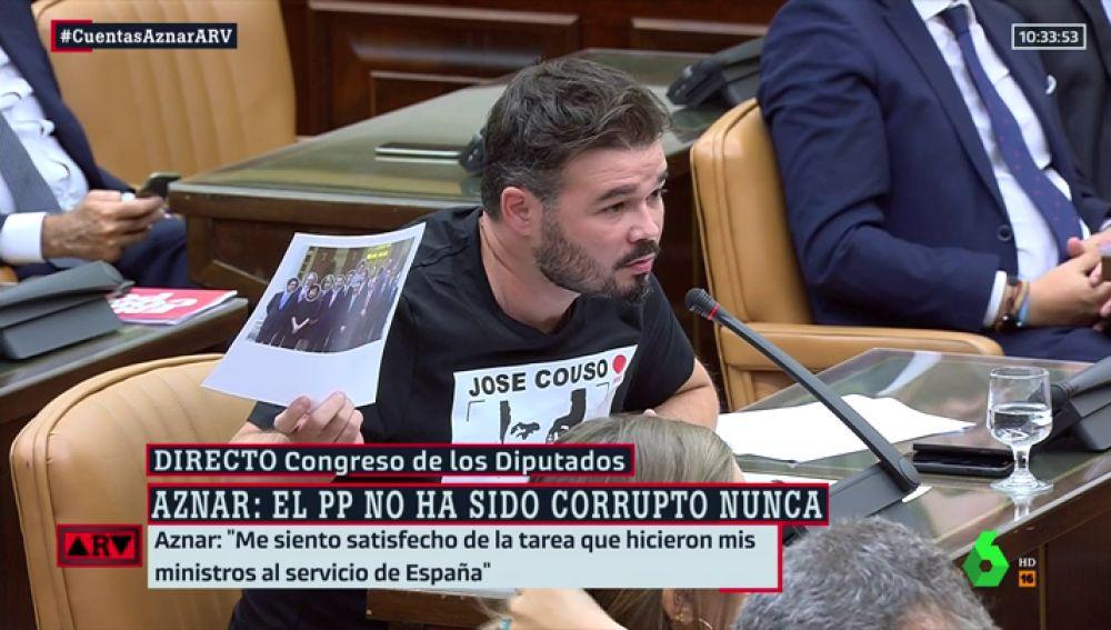 Rufián mostrando en el Congreso una foto del primero gobierno de José María Aznar