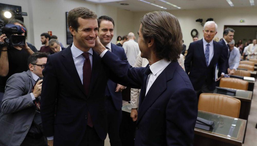 El expresidente del Gobierno José María Aznar, acompañado por el presidente del Partido Popular, Pablo Casado