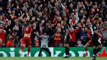 Firmino celebra el tercer y definitivo gol ante el PSG