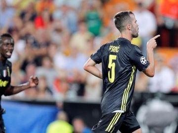 Pjanic celebra un gol en Mestalla