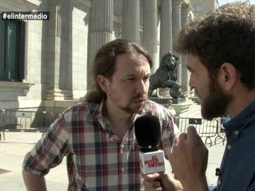 Pablo Iglesias habla con Gonzo a su salida del Congreso