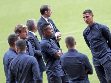 La plantilla de la Juventus espera sobre el césped