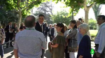 Pedro Sánchez recibe a los primeros visitantes en el Palacio de la Moncloa
