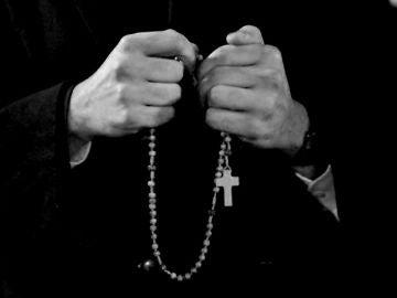 Imagen de archivo de las manos de un religioso