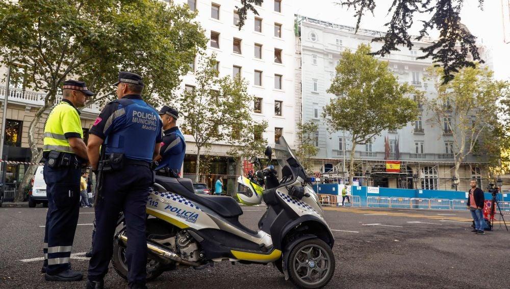 La Policía a las puertas del Ritz después del derrumbe