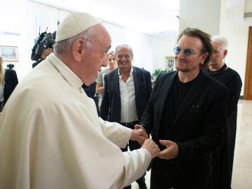 El papa Francisco recibe al cantante de U2, Bono, en el Vaticano