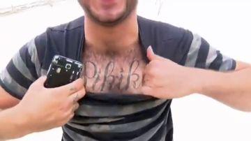 Un hombre enseña su tatuaje del clan 'Pikiki'