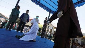 Una mujer es azotada en público acusada de adulterio en Banda Aceh, Aceh (Indonesia)