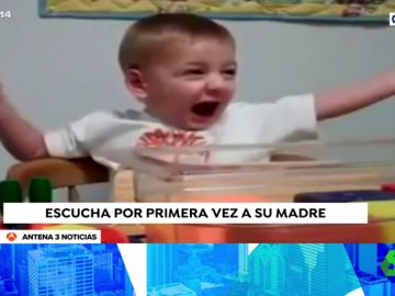 Un niños que sufre sordera escucha por primera vez