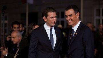 Pedro Sánchez es recibido por el canciller austríaco, Sebastian Kurz
