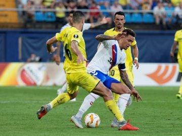 Víctor Ruiz lucha por el balón ante James Tavernier