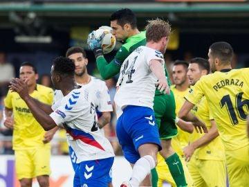 Andrés Fernández atrapa un balón ante los jugadores del Rangers