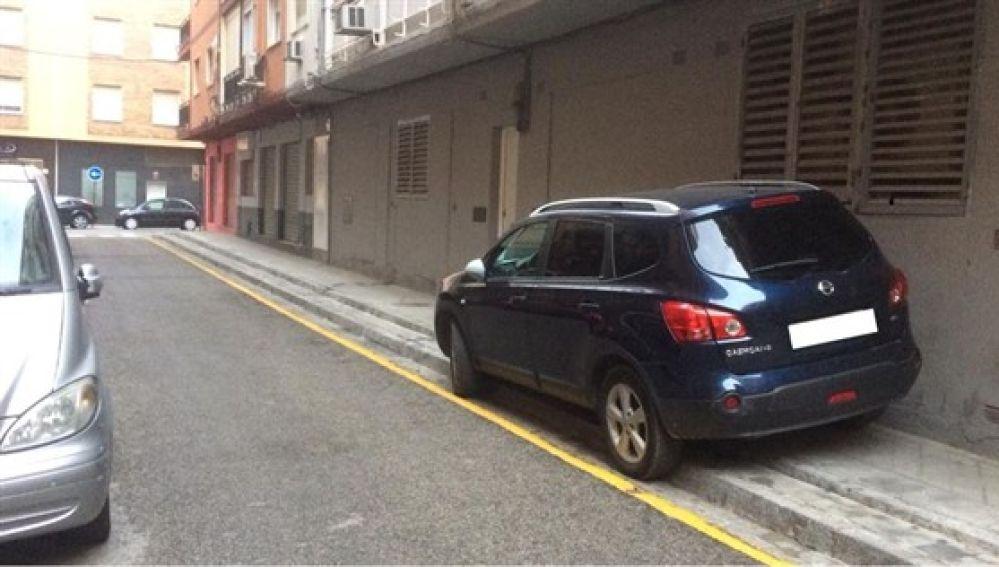 Imagen del coche del alcalde de Granada estacionado sobre la acera