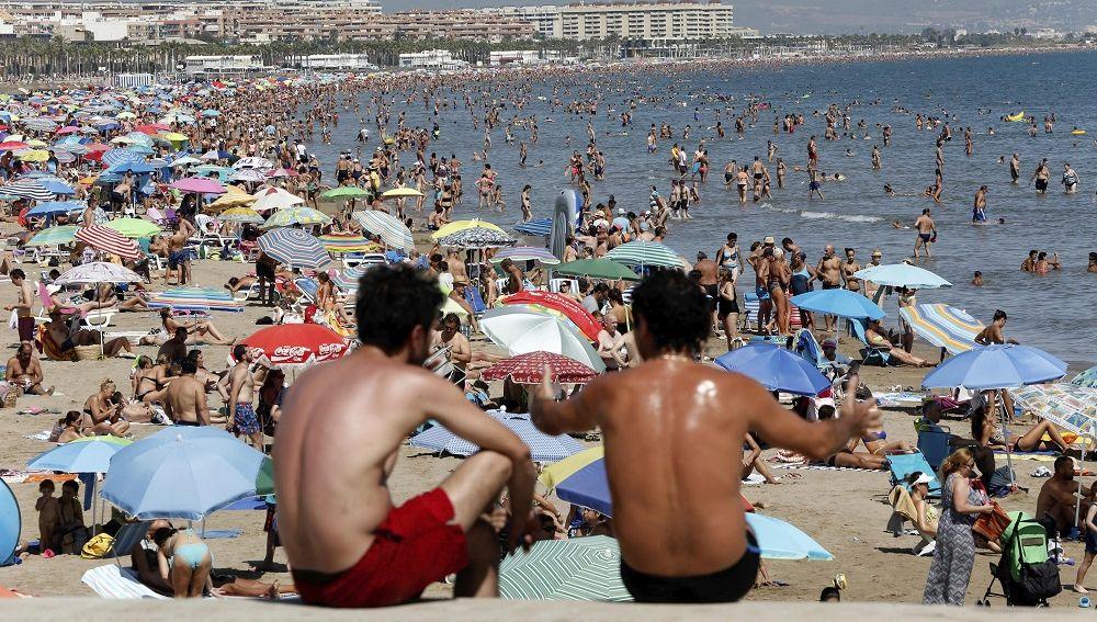 Imagen de archivo de una playa repleta