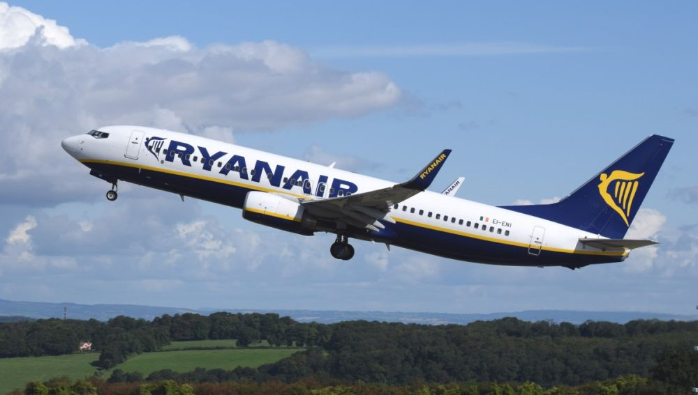 Resultado de imagen de Ryanair consuma el cierre de bases en Canarias sin carta de despido a los trabajadores