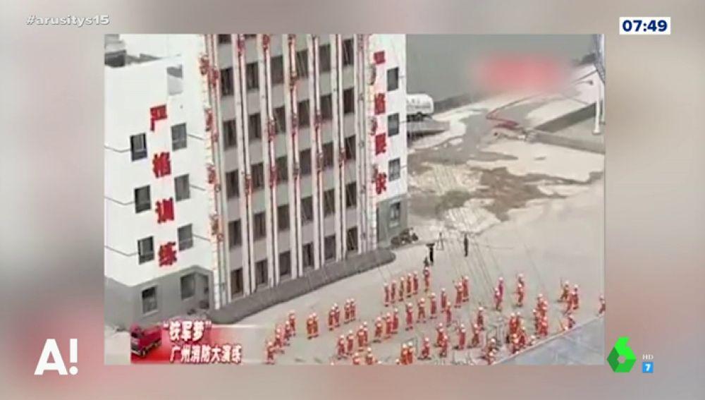 El increíble entrenamiento de los bomberos chinos convertido en espectáculo