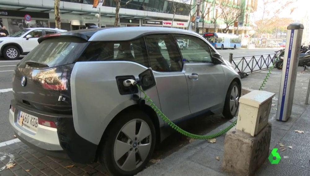 Un coche eléctrico recargándose