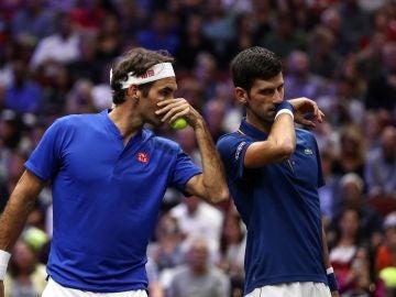 Federer y Djokovic conversan en el partido de dobles de la Laver Cup