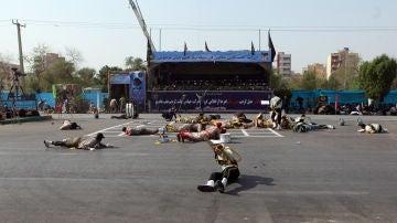 Momento del atentado durante el desfile militar en Irán