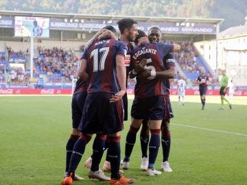 Los jugadores del Eibar celebran el gol de Kike García