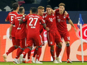 James celebra su gol al Schalke 04