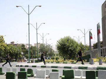 Policías iraníes corren hacia el Parlamento de Teherán, durante un ataque terrorista registrado en junio de 2017